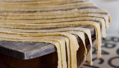 Pâtes aux oeufs et huile d'olive faites maison